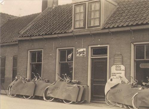 In 1933 begon Frans Kramer een rijwielhandel in Sliedrecht in wijk C, tegenwoordig Kerkbuurt-West.